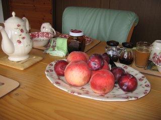 桃とプラムのある朝食