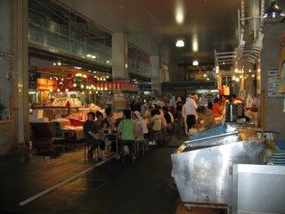 寿司屋台を前に食べる人たち