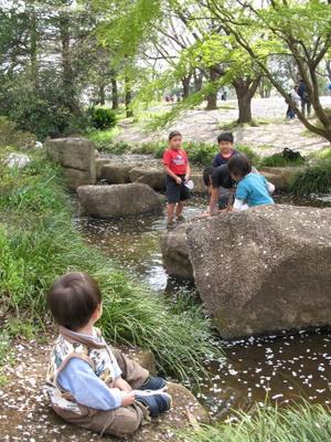 小川で遊ぶ子ども