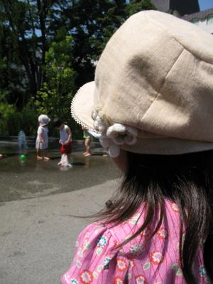 水遊びをする子どもたちをみる
