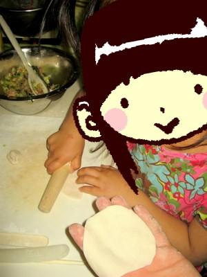 アンも餃子作りのお手伝い