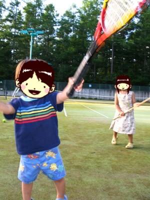 テニスコートにて。