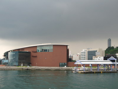 唐戸市場から観た海響館