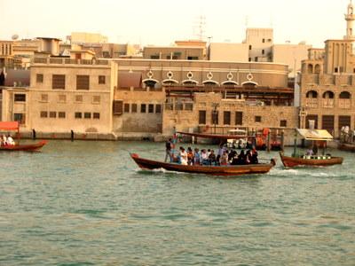 アブラ船に乗る人々