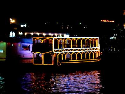 ライトアップされたダウ船