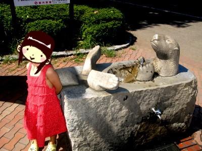 ふれあい動物園の入り口の水飲み場
