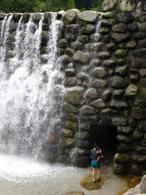 滝のトンネルへ