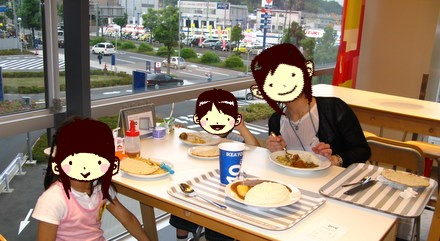 IKEAのレストランで食事中
