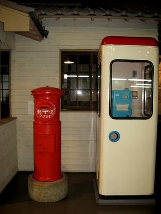 レトロな電話ボックスと郵便ポスト