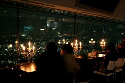 スカイガーデンからの夜景を楽しむ人たち