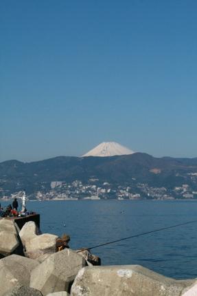 初島港から富士山をのぞむ
