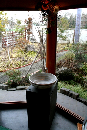 ひな野入り口の手洗い鉢