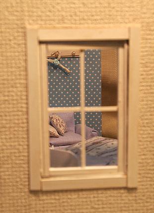 ドールハウス、窓から室内を覗く