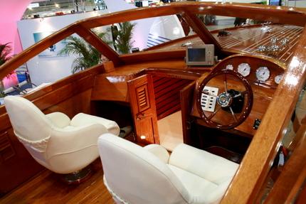 木製ボートの運転席