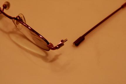 アンの眼鏡、壊れた部分のアップ