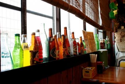 窓際に並ぶ瓶たち