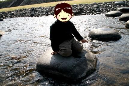 川遊びするレオ