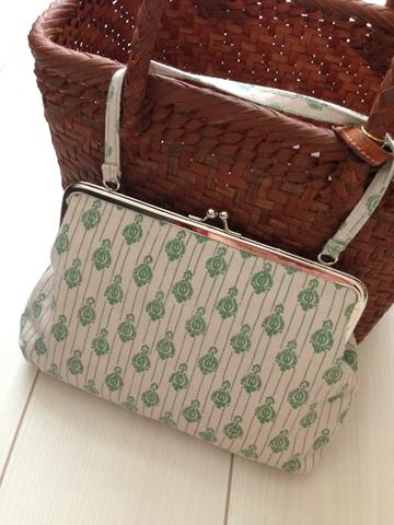 リンネル11月号のがま口バッグと私のバッグの中