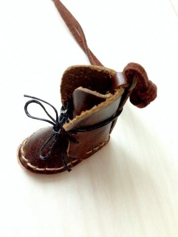 革小物 編み上げブーツのネックレス