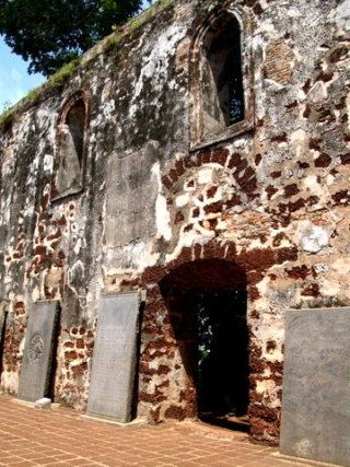 墓石が使われた建造物